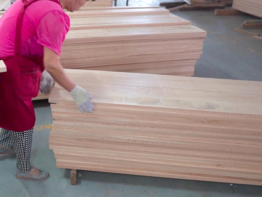 颠覆认知:实木家具不用胶?拼板到底有啥猫腻?橡木能不能做定制?弦切径切锯材啥不同?直纹山纹优劣对比!  实木家具生产01